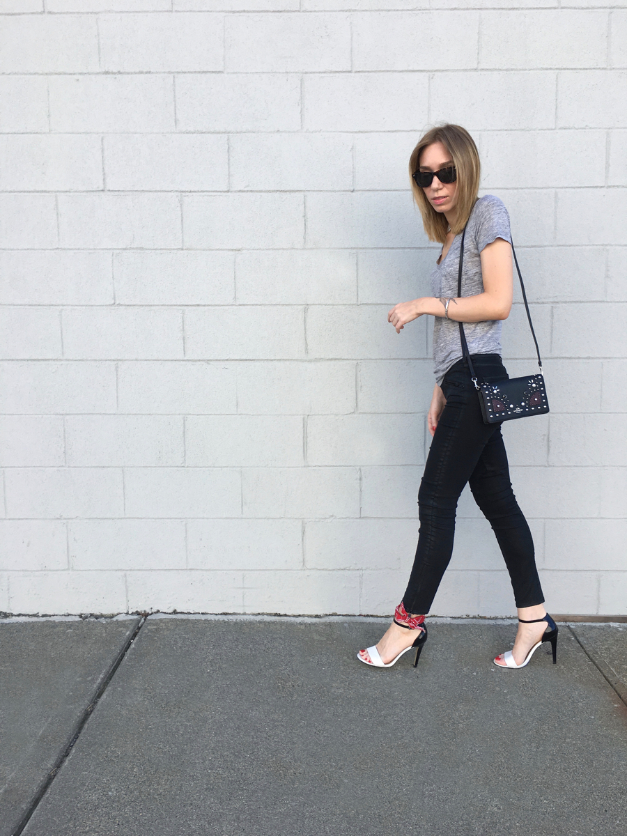 Black jeans with gret shirt and heels outfit